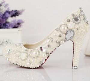 Свадебные туфли, украшенные бусинами и стразами